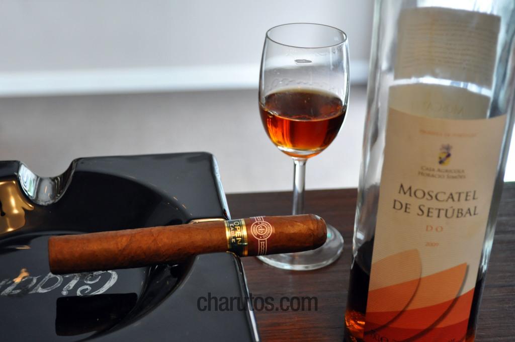 Charuto Montecristo Open Eagle com Vinho Moscatel de Setúbal