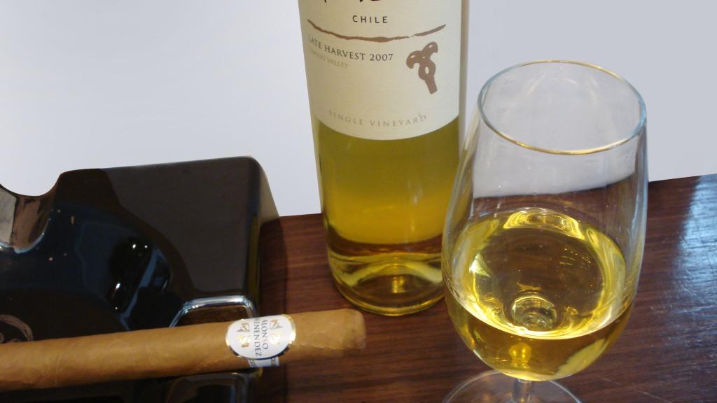 Charuto Alonso Menendez Corona com Vinho Branco Suave Anakena Late Harvest 2007